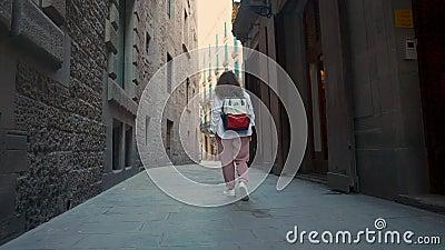 Cidadã que anda apenas na rua estreita escura no distrito antigo em Barcelona video estoque