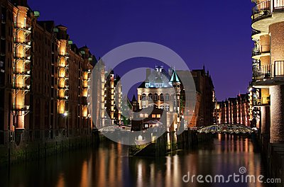 Cidade de Hamburgo do palácio dos armazéns na noite