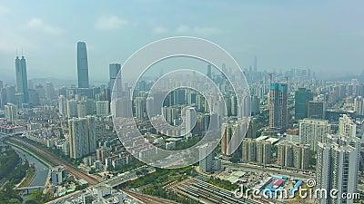 Cidade de Shenzhen em Sunny Day Vizinhan?a residencial Guangdong, China Silhueta do homem de neg?cio Cowering video estoque