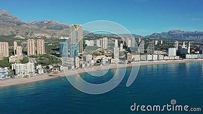 Cidade espanhola Edifícios de Benidorm e praia de Sandy Poniente Vista aérea video estoque