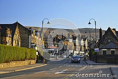 Cidade inglesa pequena: casas, lanternas e estrada Fotografia Editorial