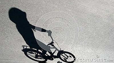 Cień dziecko na rowerze