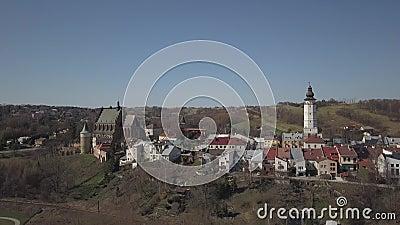 Cieklin, Polen - 4 9 2019: Panorama van een klein Europees dorp met een christelijke katholieke kerk in het centrum Groene landbo stock footage