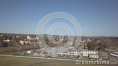 Cieklin, Polen - 4 9 2019: Panorama van een klein Europees dorp met een christelijke katholieke kerk in het centrum Groene landbo stock videobeelden