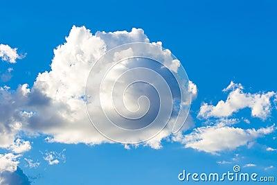 Cielo azul con la nube grande.