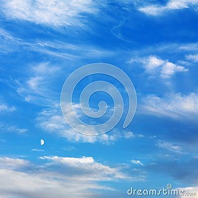 Cielo azul con las nubes.