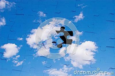 Cielo azul con las nubes como rompecabezas
