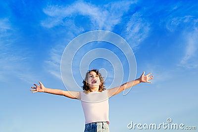 Cielo azul inferior al aire libre de los brazos abiertos de la muchacha