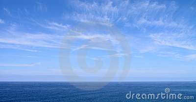 Cielo azul y mar