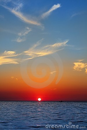 Cielo de oro azul del rojo del océano del mar del paisaje marino de la salida del sol