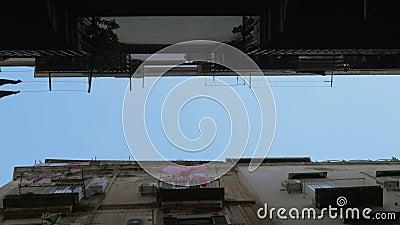 Cielo y casas con el exterior de lino, visión inferior N?poles, Italia metrajes