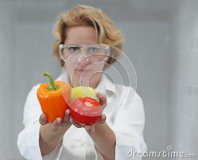 Científico de sexo femenino que ofrece el alimento natural
