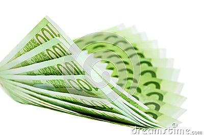 Cientos notas euro que construyen una dimensión de una variable doblada del ventilador