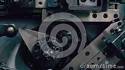Cierre del dispositivo de metal industrial automatizado en la planta Robótica, ingeniería y tecnología almacen de metraje de vídeo