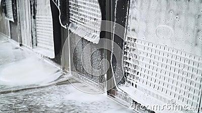 Cierre la alfombra del suelo del vehículo a presión de mano Autoservicio de lavado de coches Un hombre lava la máquina con alta p metrajes