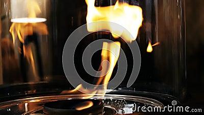 Cierre la llama de la chimenea de bioetanol ecológico en el interior de la sala de estar metrajes