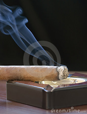 Free Cigar And Curling Smoke Royalty Free Stock Photography - 9827427