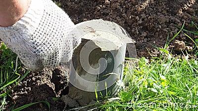 Cilindro de hormigón cemente, obrero con guantes de trabajo, sosteniendo una espátula de espátula, Constructor con espátula, cubi almacen de video