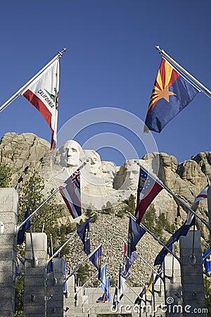 Cincuenta banderas del estado que alinean la calzada a la terraza magnífica Fotografía editorial