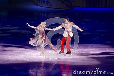 Cinderella y príncipe el encantar Disney en el hielo Foto editorial
