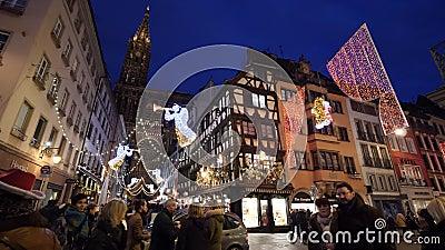 Cinematic Panning Zeitlupe von Central Straßburg mit Fußgängern stock video footage