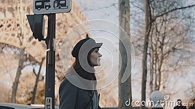 Cinematic track van gelukkige, mooie bloggervrouw die bezig is met het verkennen van drukke straten in Parijs dichtbij de zonnige stock video