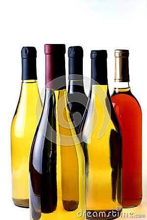 Cinq bouteilles de vin