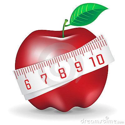 Cinta de medición alrededor de la manzana roja fresca