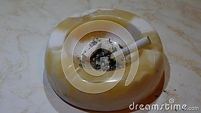 Cinzeiro e cigarro video estoque