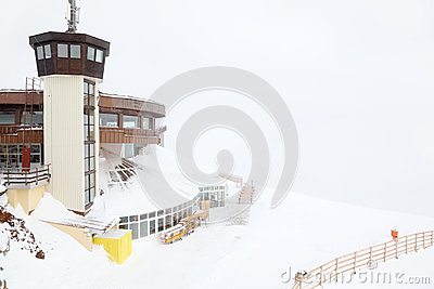 Circle viewing platform for skiers