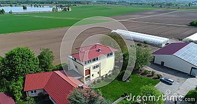 Cirkla runt om lantbrukarhemmet, runt om växthus och gräsplanfälten Europeiskt lantbruk, Tyskland stock video