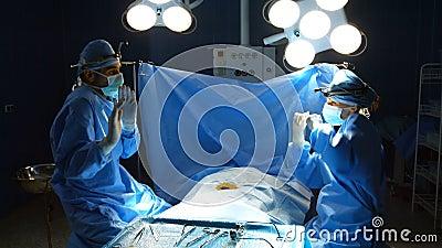 Cirurgiões que dançam após ter executado uma operação bem sucedida vídeos de arquivo