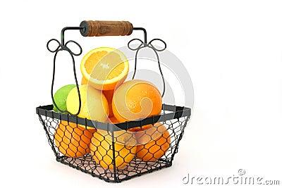 Citrinos em uma cesta sobre o branco