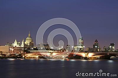 Città del fiume di Tamigi dell orizzonte di Londra alla notte