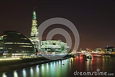 Città di Londra: orizzonte della banca del Tamigi alla notte