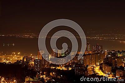 Città di notte vicino al mare