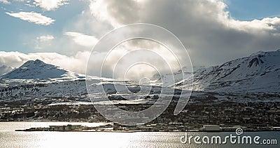 Città islandese di Akureyi con il timelapse delle nuvole stock footage