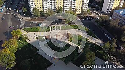 Cityscape от беспилотника в солнечный осенний день, парк с отдыхающими гражданами акции видеоматериалы