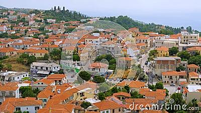 Cityscape с красными крышами и горами на заднем плане Концепция путешествия Горный городок, вид сверху Греческий видеоматериал