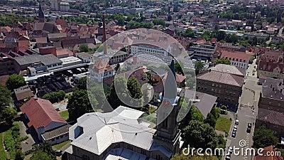 Cityscape, ciudad alemana con torre de relojería antigua y una pequeña fábrica, soleada, 4k almacen de metraje de vídeo