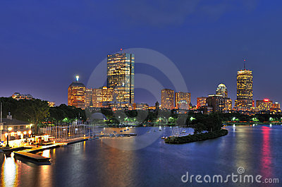 Cityscape en Charles River van Boston bij Schemer
