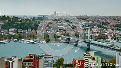 Cityscape Istanboel, Turkije met drie bruggen over Gouden Hoorngolf stock videobeelden