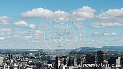 Cityscape och moln på blå himmel stock video