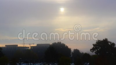 Cityscape op een foggy ochtend stock video