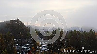 Cityscape op een foggy ochtend stock videobeelden