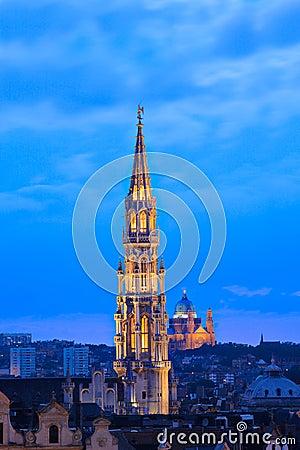 Cityscape van Brussel bij schemer