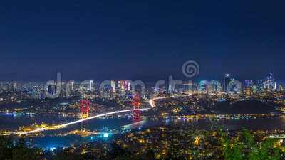 Cityscape van de de stadshorizon van Istanboel de mening van de nachttijdspanne van bosphorusbrug en financieel commercieel centr stock footage