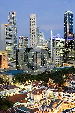 Cityscape van Singapore bij schemer