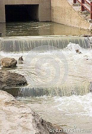 Ciudad contaminada de las corrientes hacia fuera