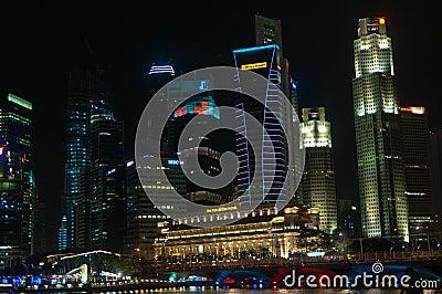 Ciudad de Singapur por noche Foto editorial